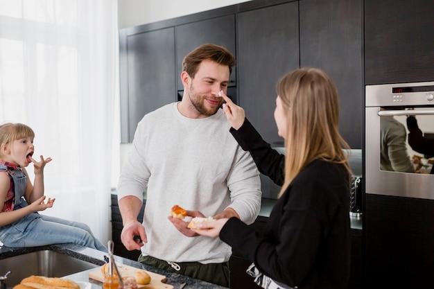 サンドイッチを作りながら楽しんでいるカップル