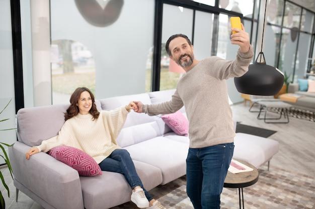 自分撮りを作る家具サロンで楽しい時間を過ごしているカップル
