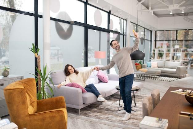 家具サロンで自分撮りを楽しんでいるカップル