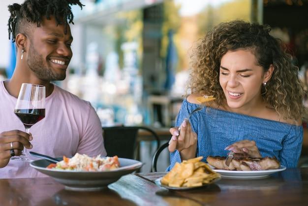 Пара обедает вместе в ресторане.