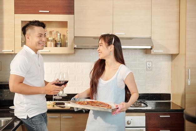 Пара, имеющая пиццу на ужин