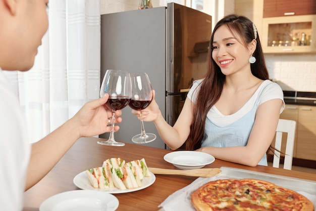 Пара, романтический ужин