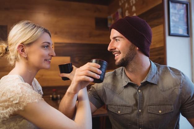 レストランで日本酒を持っているカップル
