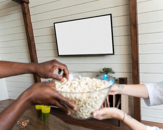 Coppia che mangia dei popcorn mentre guarda un film