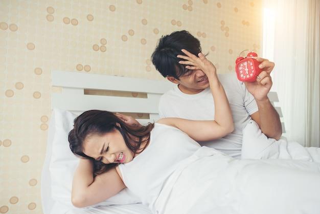 침대에서 아침 일찍 일어나서 문제가있는 부부