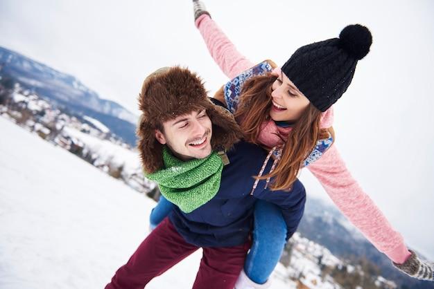 산에서 휴가있는 커플