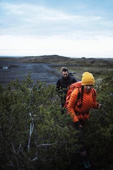 Пара в поход на южном побережье исландии