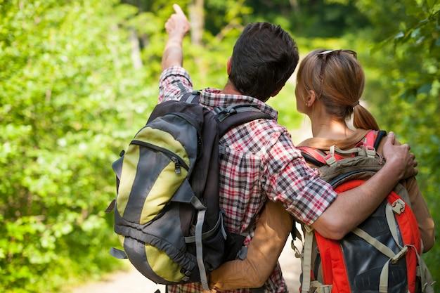 Coppie che fanno un'escursione nella foresta
