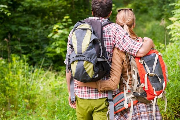숲에서 하이킹하는 커플