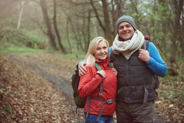 森の中のカップルハイキング