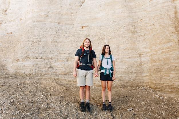 荒野で一緒にハイキングするカップル