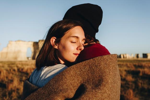 Пара, путешествующая вместе в пустыне