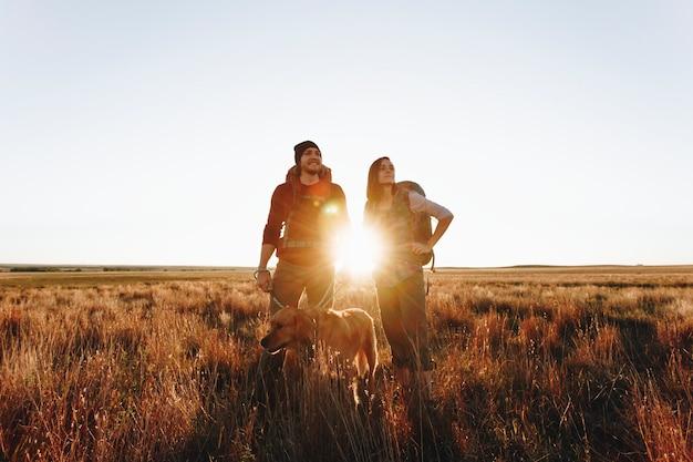 Пара походы вместе в пустыне