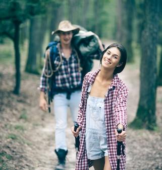 一晩の滞在またはピクニック観光客のコンセプトのカップルハイキングと観光機器のカップル