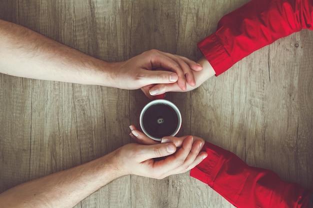 손을 잡고 차를 마시는 커플
