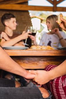 昼食をしながら手をつないでカップル