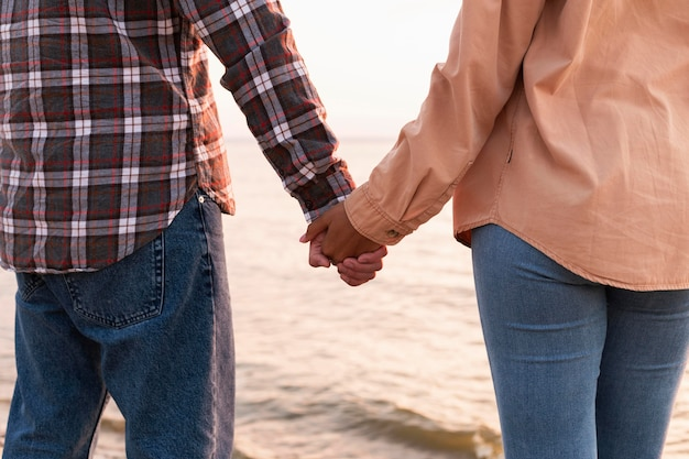 Ebach에 산책하는 동안 손을 잡고 커플