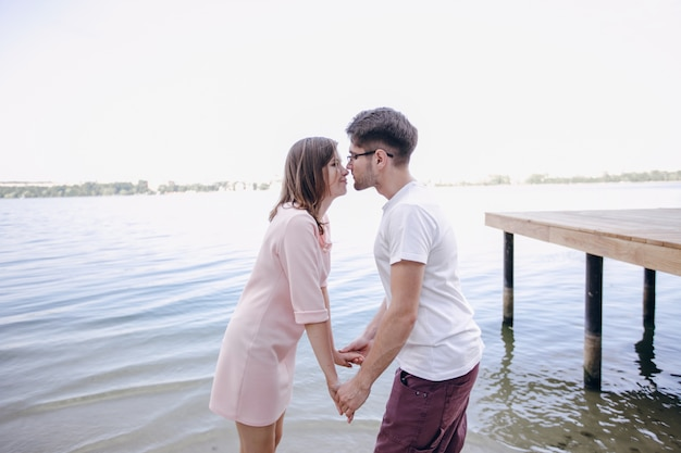 Пара, держась за руки с фоне моря