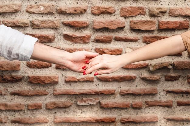 Пара держаться за руки