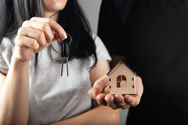 집과 열쇠를 들고 몇