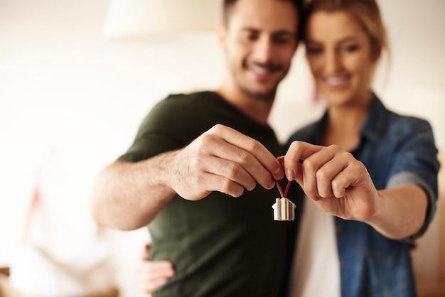 그들의 새 집에 열쇠 고리를 들고 커플