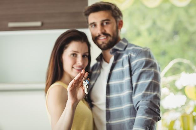 Пара держит ключи в своем новом доме