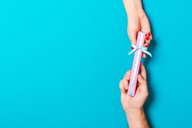 バレンタインの贈り物を保持しているカップル