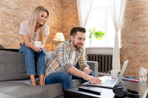Coppia a casa con videochiamata con la famiglia