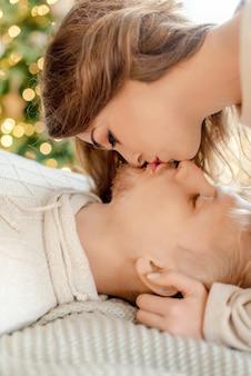 クリスマスの前夜に家で抱き締めるカップル