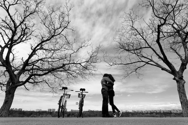 Пара, обниматься в парке