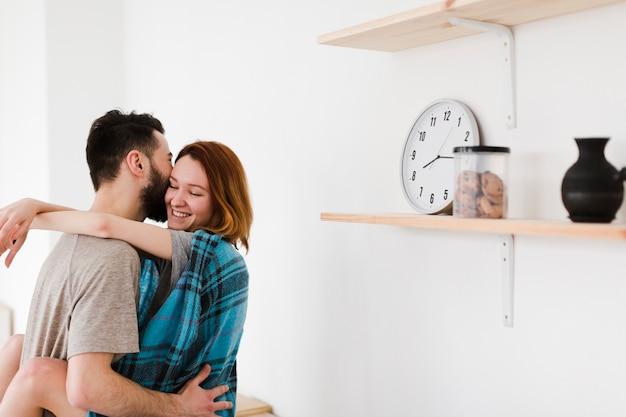 Пара обниматься по утрам