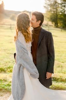 公園で抱き締めるカップル