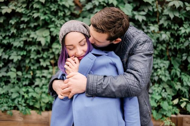 Пара, обнимающаяся на улице