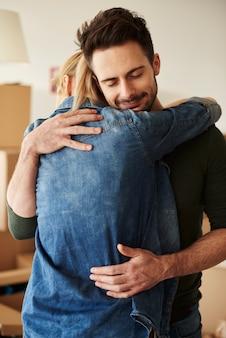 彼らの愛の巣で抱き締めるカップル
