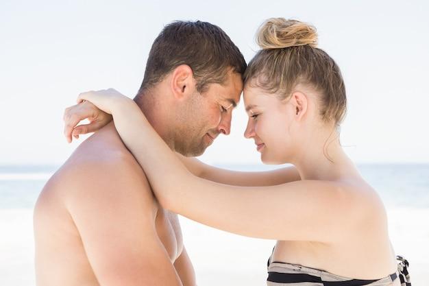 ビーチで抱き締めるカップル