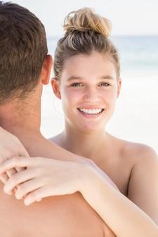 Пара, обнимающаяся на пляже