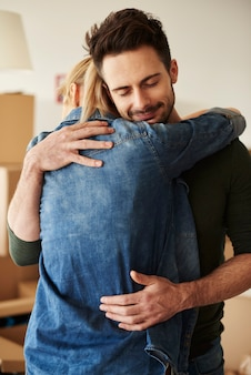 Coppia abbracciata nel loro nido d'amore
