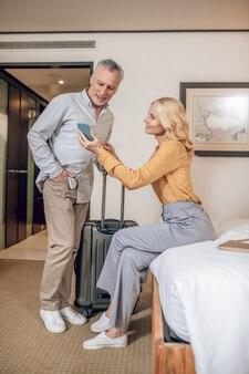 호텔에서 몇 가지. 만족하는 호텔 방에서 중년 부부