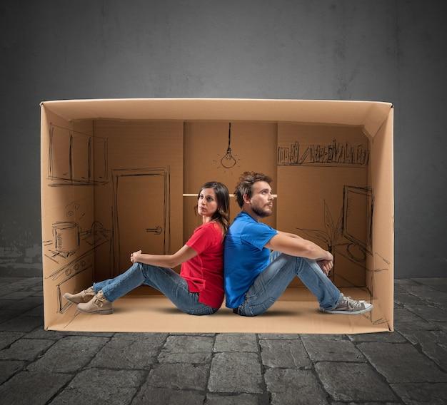 段ボールで設計された家のカップル