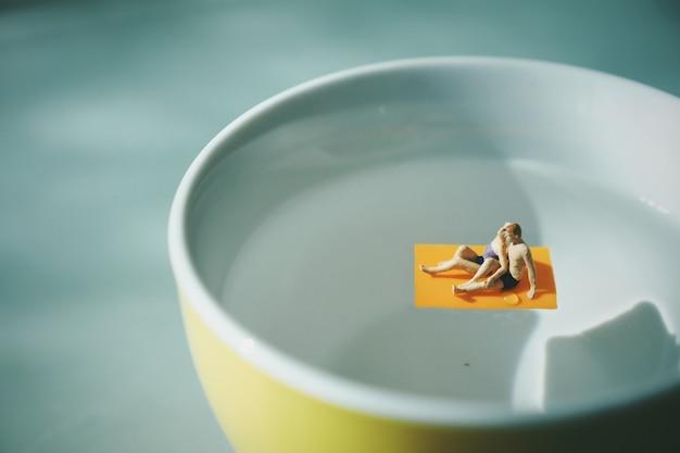 한 잔의 커피에서 물 위에 수건에 몇