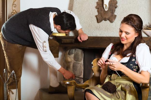 Пара в традиционной горной хижине с камином
