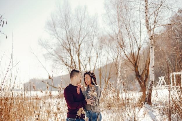 冬の公園でカップル