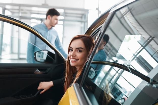 Пара в автосалоне выбирает машину