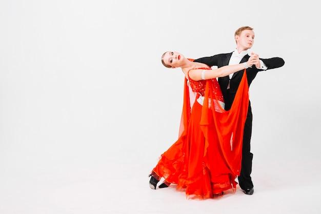 ボールルームの踊りのポーズのカップル