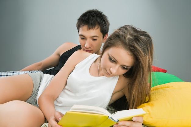 Пара в постели с книгой