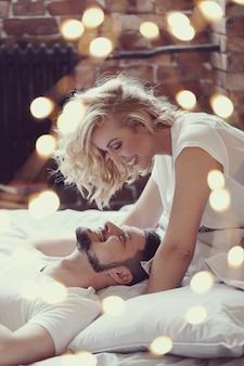 ベッドの中でカップル