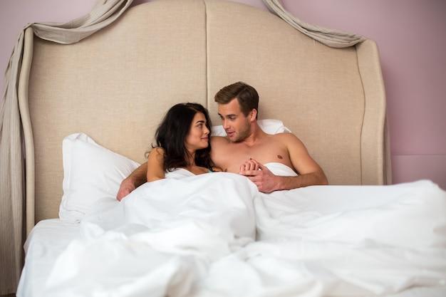 Пара в постели.