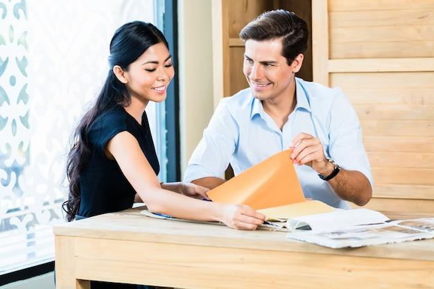 材料を選ぶ家具店のカップル