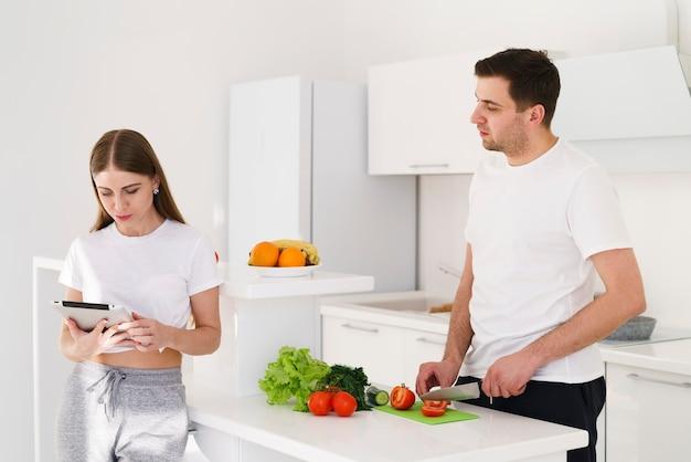 タブレットとキッチンのカップル