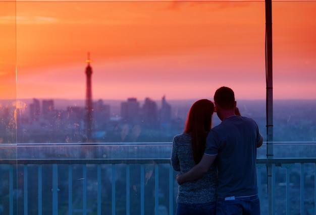 Пара в любви, любуясь на эйфелеву башню